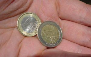 Hand mit Euromünzen